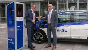 Der OEW-Vorsitzende Landrat Lothar Wölfle (r.) und EnBW-Chef Frank Mastiaux vor einer Ladestation für Elektrofahrzeuge