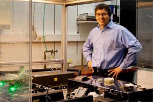 Der Lichtsammler: Prof. Peter Jomo Walla entwickelt Farbstofffolien für Hochleistungssolarzellen
