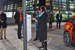Bayerns Wirtschaftsministerin Ilse Aigner an einer öffentlich-zugänglichen Ladesäule für Elektrofahrzeuge