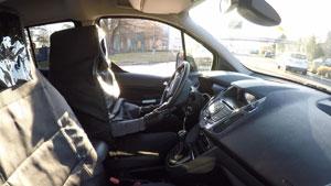 """Mit dem """"Human Car""""-Sitz bleibt der Fahrer für andere Verkehrsteilnehmer weitgehend unsichtbar, so dass der Transporter wie ein autonomes Fahrzeug wirkt."""