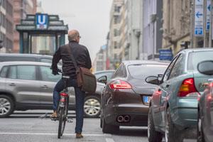 Fahrradfahren in der Stadt. Hier: Friedrichstraße in Berlin. © ADFC/Westrich