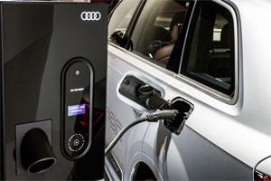 Elektro-Auto Audi Q7 e-tron 3.0 TDI quattro, Ladedock mit Bedieneinheit, elektrisches Laden