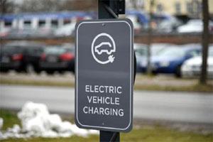 Die Batterietechnologie von Hybrid- und Elektrofahrzeugen ist winterfest, betont der TÜV SÜD