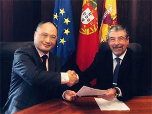 Isbrand Ho, Managing Director bei BYD Europe (links), und Manuel Augusto Soares Machado, Präsident der Gemeinde Coimbra (rechts), unterzeichneten den Vertrag über acht Elektro-Busse