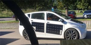 Die in das Elektro-Auto integrierten Solarzellen liefern laut Hersteller täglich Strom für bis zu 30 Kilometer Reichweite