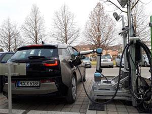 Mit dem robotergesteuerten Schnellladesystem für Elektro-Fahrzeuge präsentieren Forschende der TU Graz gemeinsam mit Industriepartnern eine Weltneuheit
