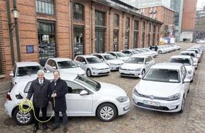 Frank Horch, Senator für Wirtschaft, Verkehr und Innovation in Hamburg, und Ludger Fretzen, Leiter Konzernstrategie für neue Geschäftsfelder im Volkswagen Konzern, übergaben die Elektro-Fahrzeuge am Fischmarkt an ihre neuen Besitzer