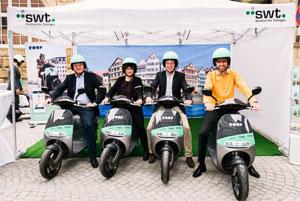 Testeten die COUP eScooter als erste in Tübingen (v.l.n.r.): Ortwin Wiebecke (swt), Elke Gold (teilAuto), Thomas Mauer (COUP) und Oberbürgermeister Boris Palmer.