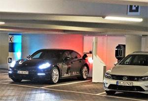 Das autonome Einparken gelingt so präzise, dass der Laderoboter den Stromanschluss eines Porsche Panamera E-Hybrid genau trifft.