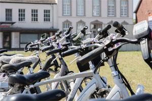Stellt der Arbeitgeber für Fahrten zwischen Wohnung und Arbeitsstätte - aber auch für private Fahrten- ein Fahrrad zur Verfügung, dann ist dies künftig steuerfrei.