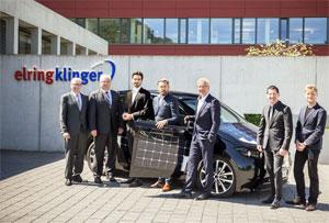 Die Vorstände von Sono Motors und ElringKlinger vor dem Solar-Auto Sion. Für die Produktion eines Batteriesystems vergibt Sono Motors einen Großauftrag über hunderte Millionen Euro an den deutschen Automobilzulieferer