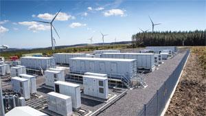 In fünf der sechs Container des Speichers sind insgesamt 500 Elektroauto-Batterien untergebracht, von denen jede eine Kapazität von 33 kWh hat.