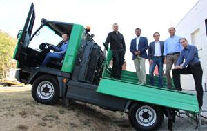 Der Multicar von Hako wird heute noch konventionell angetrieben. An der Elektrifizierung arbeiten Léonard Moufang (am Steuer), Tilman Happek, Prof. Udo Jung, Marc Hohmann (Edag Engineering), Prof. Alexander Kuznietsov und Serhii Kondratiev (von links).