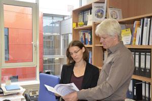 Die Marburger Chemieprofessorin Dr. Stefanie Dehnen und ihr Kollege Professor Dr. Bernhard Roling knüpfen Verbindungen und gewinnen daraus Energie