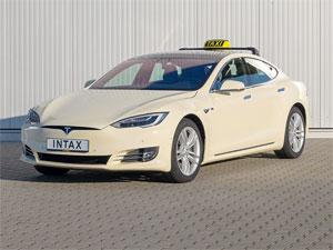 INTAX bietet das Model S von Tesla als Elektro-Taxi an