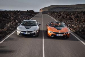Die elektrische Reichweite liegt bei 55 Kilometern für das BMW i8 Coupé beziehungsweise 53 Kilometern für den BMW i8 Roadster