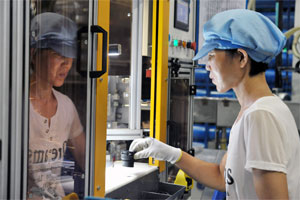 Mitarbeiter in Qingdao bei der Montage eines NORMAQUICK PS3-Steckverbinders
