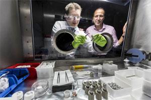"""Erforscht neue Materialsysteme und Produktionstechnologien für Batterien: Prof. Dr. Volker Knoblauch (rechts), hier mit Doktorand Christian Weisenberger bei einem """"tiefen Griff"""" in eine Glovebox."""