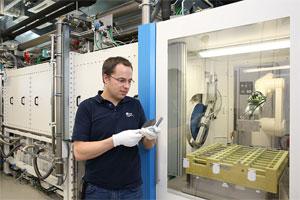 """batteriezellen_zsw.jpg. Mit dem Aufbau der """"Forschungsplattform für die industrielle Produktion von großen Lithium-Ionen-Zellen (FPL)"""" am ZSW wurde die Lücke beim Übergang vom Labormaßstab zur Serienfertigung geschlossen. Bild: ZSW"""