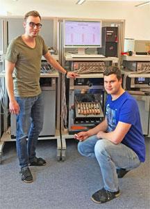 TTZ-EMO Mitarbeiter David Oeser und Andreas Ziegler mit einem der bestehenden Batterieprüfsysteme