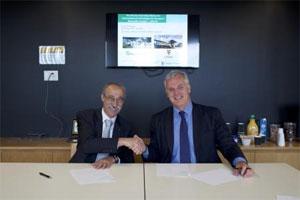 Unterzeichnung der Vereinbarung von Dr. Eckart Bierdümpel, Fraunhofer (links), und UNSW-Dekan Professor Mark Hoffman (rechts) in Sydney