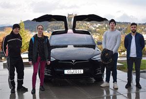 Elektromobilität in der Praxis: Studenten stellten den Tesla auf den Prüfstand: Andreas Stirner von der KÜS Coburg mit Georg Braun, Kevin Offermann und Michael Ananin (v. l. n. r.).