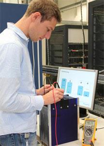 Das Fraunhofer ISE in Freiburg führt in seinen Testlabors Prüfungen an Batteriezellen, Modulen und kompletten Energiespeichersystemen durch