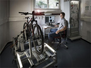 Forscher des KIT testen E-Bikes auf einem Prüfstand wie er in der Automobilindustrie üblich ist. (Foto: Markus Breig, KIT)