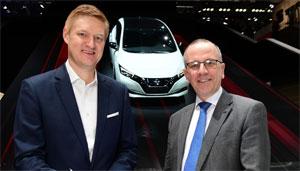 Frank Meyer, Leiter Innovation & B2C-Solutions bei E.ON (links), und Paul Willcox, Europachef von Nissan, unterzeichneten die strategische Partnerschaft auf dem Genfer Autosalon.