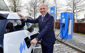 Messechef Klaus Dittrich betankt den firmeneigenen BMW i3 mit eigenem Solarstrom