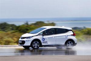 Die Reifentester und die Sachverständigen von TÜV SÜD haben Standard-Reifen auf einem Elektro-Auto getestet.