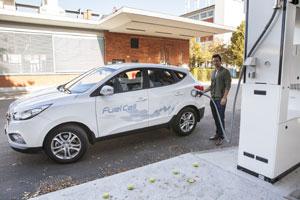 """An der """"Tankstelle der Zukunft"""" können Besucherinnen und Besucher des Auto-Salons in Genf die Betankung eines Hyundai ix35 Fuell Cell mit Wasserstoff ausprobieren"""