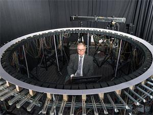 Prof. Dr.-Ing. Hugo Fastl in seinem Soundlabor für Elektro-Autos
