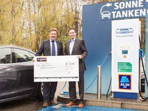 ALDI SÜD spendet dem BEM 10.000 Euro. Karl-Heinz Kehl, Geschäftsführer der ALDI SÜD Regionalgesellschaft Mörfelden, überreichte den Scheck in Neu-Isenburg an BEM-Präsident Kurt Sigl.