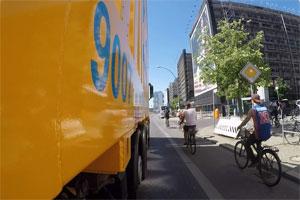 """Assistenz-Systeme können Abbiege-Unfälle zwischen LKW und Radfahrer verhindern. Quelle: """"obs/ZDF"""""""