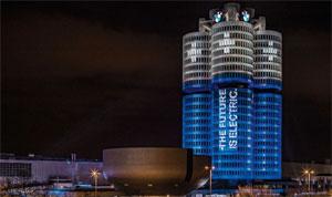 """Eine Lichtinszenierung verwandelt den """"Vierzylinder"""" im Münchner Norden optisch in eine Batterie. """"Ein Symbol mit Strahlkraft, durch das die BMW Group den Technologiewandel in der Mobilität weithin sichtbar macht."""""""