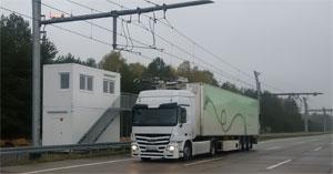 Lastwagen auf einer Versuchsstrecke mit Oberleitung