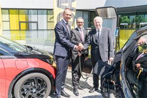 Christian Ach (Leiter Vertrieb BMW Deutschland) und Mahbod Asgari (Vorstand ADAC SE) starten die Elektromobilitäts-Kooperation im Beisein von Dr. August Markl (Präsident ADAC e.V).
