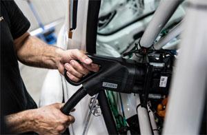 """""""In über 30 Jahren als Motorsportler hätte ich mir nie vorgestellt, dass ich einmal einen Rennwagen an der Steckdose aufladen kann"""", sagt CUPRA Mechaniker Jordi Martí."""