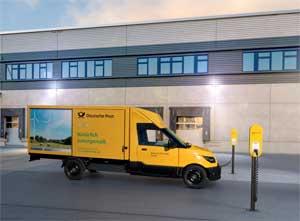 """""""Als einer der größten Betreiber von Fahrzeugflotten in Deutschland ist die Post Vorreiter für klimafreundliche Elektromobilität"""", sagt Martin Herrmann, Vertriebsvorstand der innogy SE"""