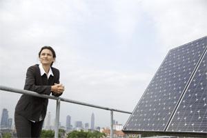 Prof. Dr. Martina Klärle auf dem Photovoltaik-Labor der Frankfurt University of Applied Sciences.