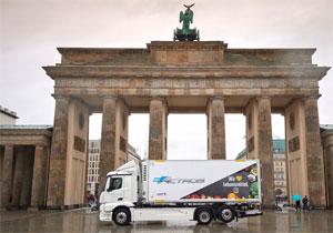 Ein Jahr lang wird EDEKA einen vollelektrischen eActros-Lkw im Berliner Stadtgebiet erproben.