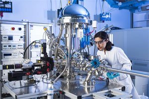 Doktorandin Niyousha Karimi Paridari untersucht die elektrochemischen Eigenschaften unterschiedlicher Materialien, um sie für neue Energiespeichertechnologien nutzbar zu machen. Foto: Laila Tkotz, KIT