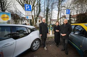 Die Elektro-Ladesäulen in Darmstadt nahmen OB Jochen Partsch, die ENTEGA-Vorstandsvorsitzende Dr. Marie-Luise Wolff und der Hessische Wirtschaftsminister Tarek Al-Wazir in Betrieb (v.li.).