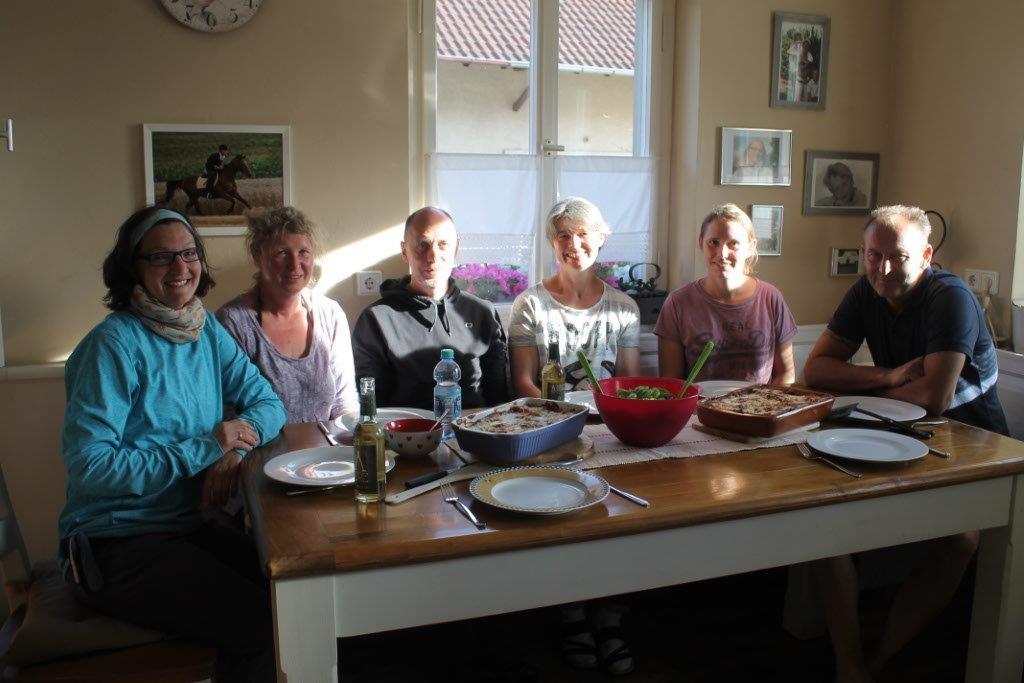 beim gemeinsamen Abendessen