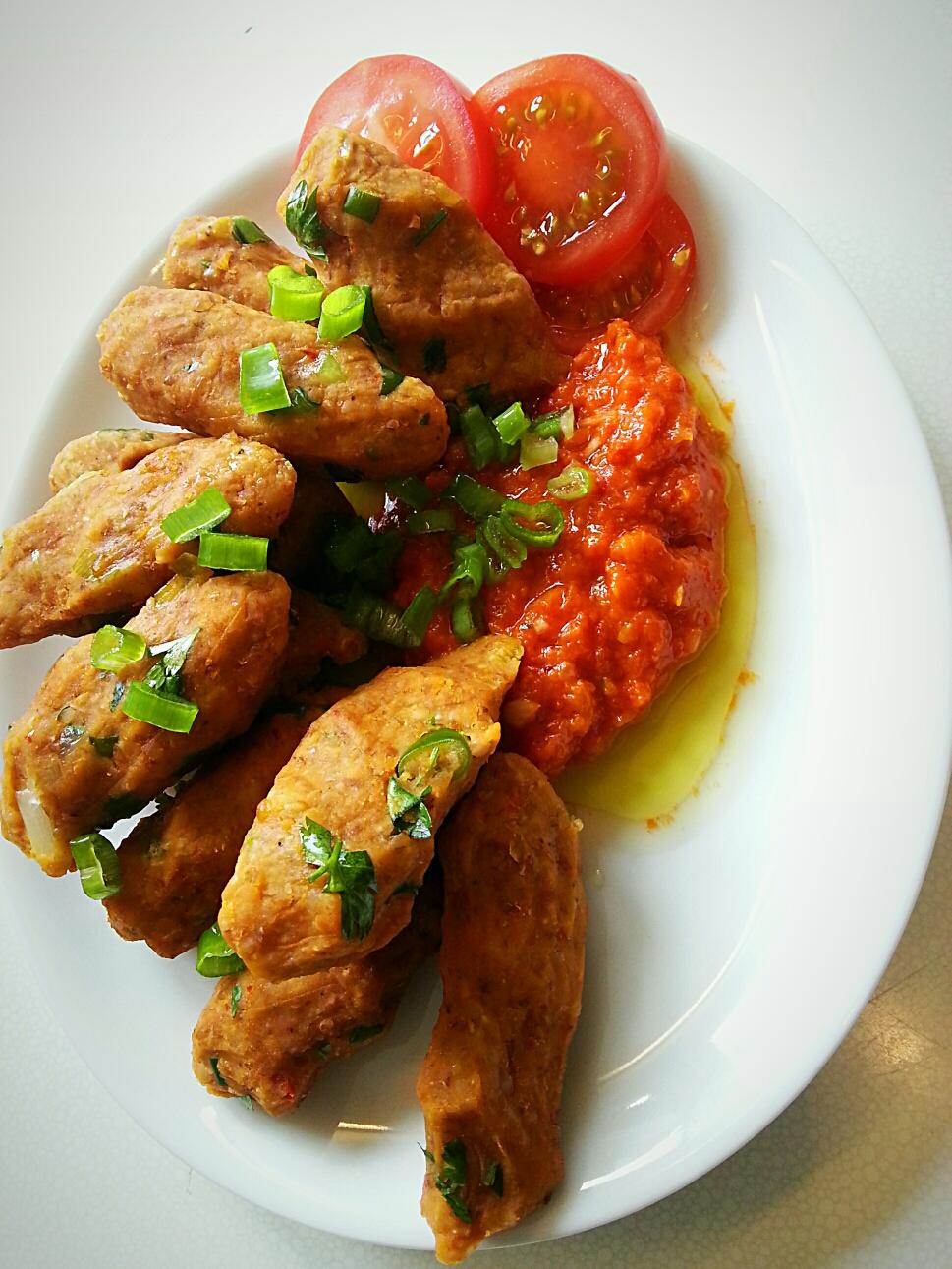 Linsenlaibchen mit einer Paprika-Tomaten Salza