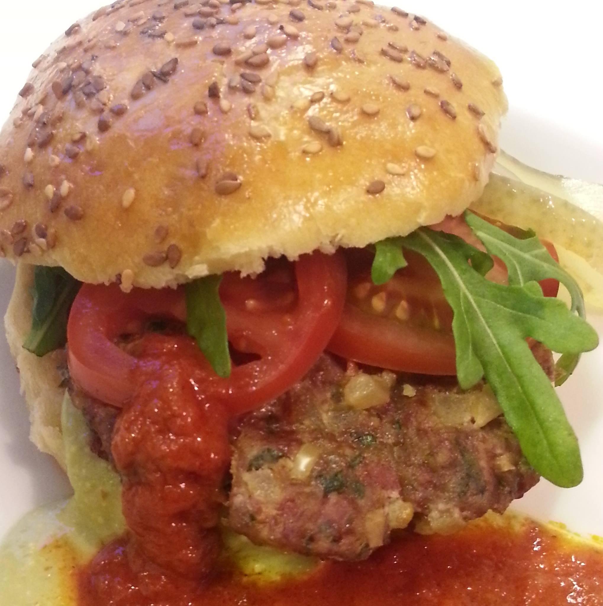 Sucuk Burger mit selbst gemachten Burger Brötchen