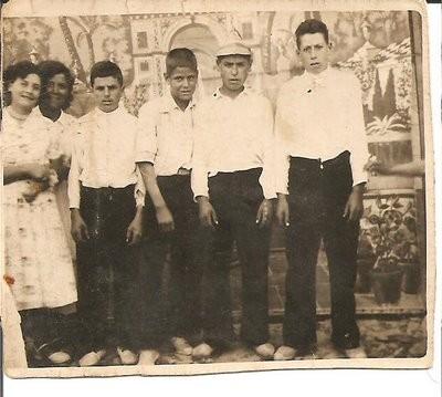 Mozos, en el centro José Gallego Mateos, hijo de Josefa Mateos Carballo
