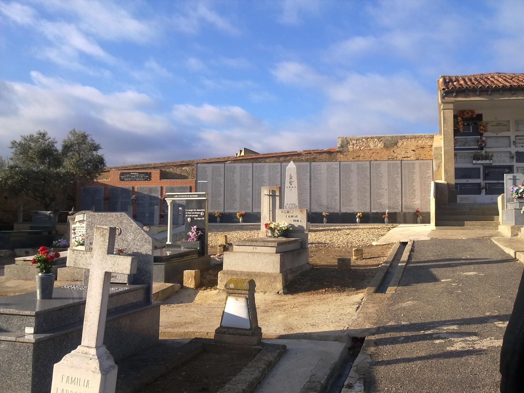 Cementerio civil, Salamanca, al fondo monumento a la memoria, foto propia