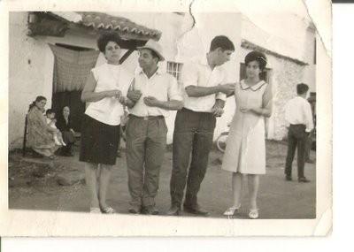 Paseo con mozas, Domi (sobrino de Fructouso Gallego Gil) y José, foto de Pepita Galache